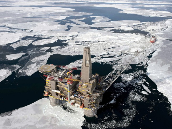 epa02016952 An undated handout photograph made available by Newscast on 04 February 2010, shows an Oil and gas platform off Sakhalin Island, Sea of Okhotsk, Russia. Sakhalin II is one of the world?s largest integrated projects, and involves the development of two oil and gas fields off northeastern Sakhalin. Energy giant Royal Dutch Shell said 04 February that fourth-quarter adjusted net profit slumped 75 percent due to weak demand in the downturn, adding it would axe 1,000 jobs amid an uncertain outlook.  EPA/JESS JONES/NEWSCAST/HANDOUT  EDITORIAL USE ONLY/NO SALES