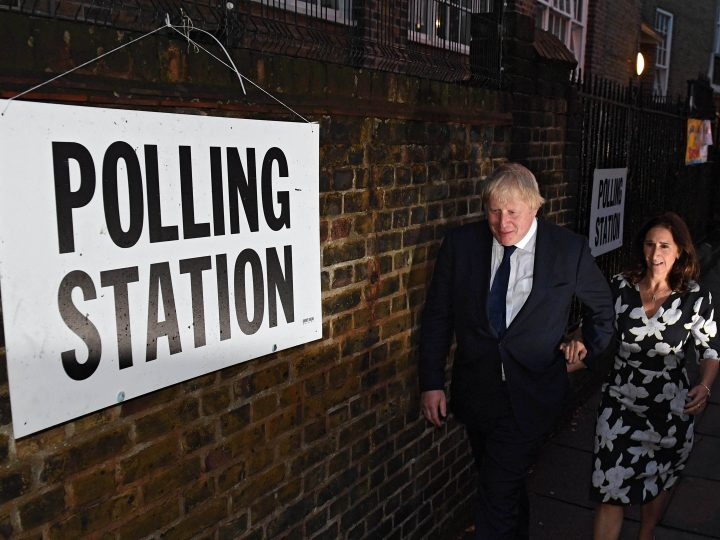 epa05386669 Former London Mayor Boris Johnson (C) and wife Marina Wheeler (R) attend a polling station in North London, Britain, 23 June 2016. Johnson is a key figure in the Vote Leave campaign in the EU Referendum, where Britons will decide on whether to stay or leave the European Union today.  EPA/STR UK AND IRELAND OUT