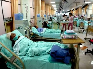 epa03603046 A photo made available on 27 February 2013 shows kidney patients receiving dialysis at Wanfang Hospital in Taipei,Taiwan, on 26 February 2013. Every year, some 200 Taiwanese go to China for an organ transplant due to shortage of donated organs in Taiwan. On 27 February 2013, Taipei Bar Association issued a statement condemning China's harvesting prisoners' organs, and urging Taiwan to enact law to ban Taiwanese from going to China for an organ transplant, thus becoming an accomplice in whay they called China's illegal organ trade. EPA/DAVID CHANG