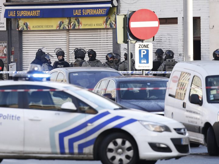 epa04530193 Belgian police and special forces units stand near an appartment complex in the Pilorijnstraat in Ghent, Belgium, 15 December 2014. According to news reports, four armed men invaded an apartment in the Pilorijnstraat this morning, apparently taking at least one person hostage.  EPA/JULIEN WARNAND
