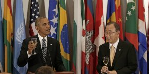 epaselect epa05549979 US President Barack Obama (L) raises a toast to the United Nations Secretary-General Ban-Ki moon (R) at a luncheon for world leaders on the sidelines of the General Debate of the 71st Session of the United Nations General Assembly at UN headquarters in New York, New York, USA, 20 September 2016.  EPA/PETER FOLEY / POOL