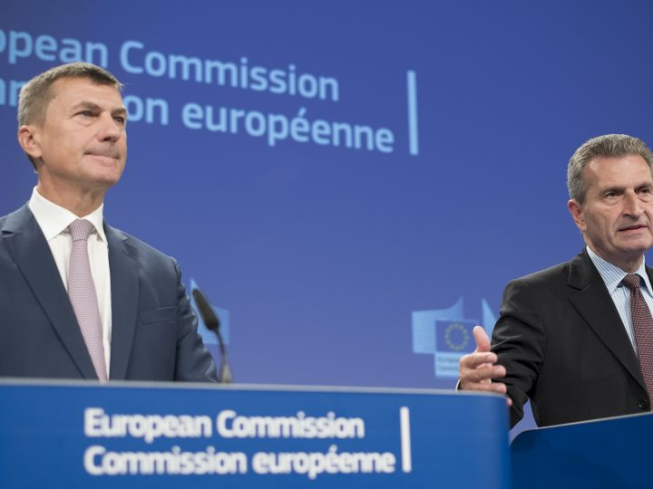 epa05550351 EU Commissioner for the Digital Economy and Society Guenther Oettinger (R), European Commissioner for Digital Single Market Andrus Ansip give a press briefing at the end of EU Commission college meeting  in Brussels, Belgium, 21 September 2016. Commission presented new plan to end Mobile phone roaming charges in the EU in 2017.  EPA/OLIVIER HOSLET