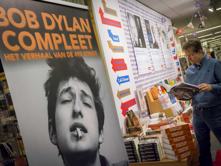 epa05585529 Books of US musician Bob Dylan are on display at the bookstore Donner in Rotterdam, The Netherlands, 14 October 2016. Dylan won the 2016 Nobel Prize in Literature, the Swedish Academy announced in Stockholm on 13 October 2016.  EPA/LEX VAN LIESHOUT