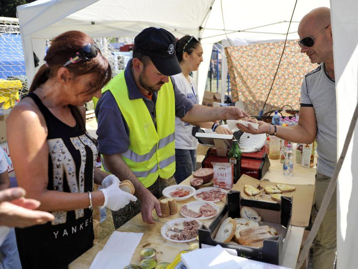 epa05510875 Volunteers prepare meals for earthquake-affected people in a tent camp in Borgo, near Arquata del Tronto, Marche Region, Italy, 26 August 2016. Displaced survivors of the 24 August's earthquake in central Italy have occupied some 2,100 of the 3,500 beds made available by the Civil Protection Department, officials said. However the number is on the rise as residents are still fleeing their homes due to continuing tremors hitting the area.  EPA/CRISTIANO CHIODI