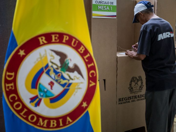 epa05567453 Colombians living in Venezuela cast their vote for the referendum on the peace agreement between the government and FARC guerrila group in Caracas, Venezuela, 02 October 2016.  EPA/MIGUEL GUTIERREZ