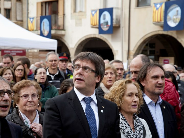epa05629773 Catalonian Regional President Carles Puigdemont (C) attends a rally in the town of Amer, in Catalonia, northeastern Spain, 13 November 2016, in support of a total of 407 Catalonian pro-independence public officials-elect investigated by Spanish courts. The defendants are accused of several offenses including denying to raise the Spanish national flag in city halls, disobeying the Spanish courts or for their role in the referendum on independence on 09 November 2014.  EPA/ROBIN TOWNSEND