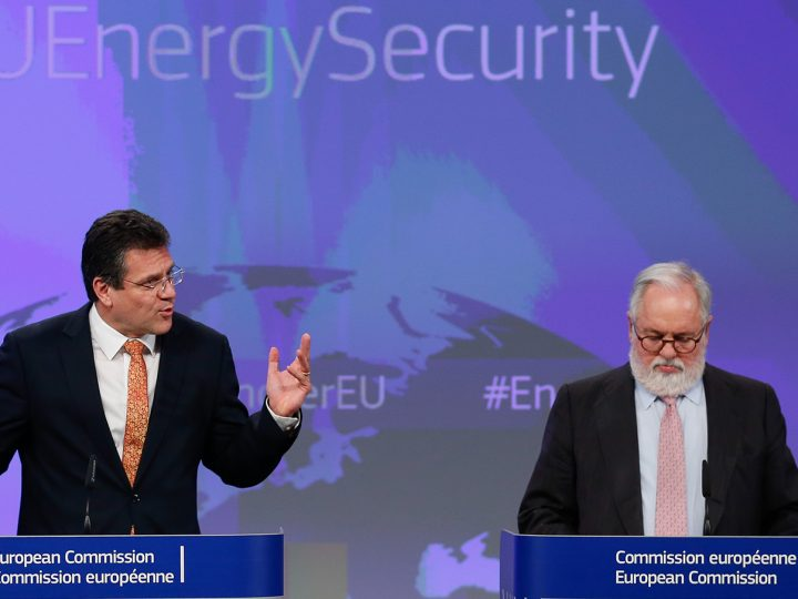 epa05164396 The European Commission Vice-President for Energy Union Maros Sefcovic (L) and EU Commissioner in charge of Climate and Energy, Miguel Arias Canete speak at a joint news conference to present the Adoption of Energy Security Package at EU headquarters in Brussels, Belgium, 16 February 2016.  EPA/LAURENT DUBRULE