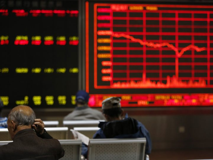 epa05623739 Chinese investors look at an electronic screen showing market movements at a stock brokerage house in Beijing, China, 09 November 2016. Asian shares fall as Donald Trump leads Hillary Clinton in the electoral vote count to become President of the United States.  EPA/HOW HWEE YOUNG