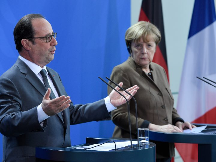 epa05673736 German Chancellor Angela Merkel (R) and French President Francois Hollande (L) give a press conference before their meetings at the federal chancellery in Berlin, Germany, 13 December 2016.  EPA/RAINER JENSEN