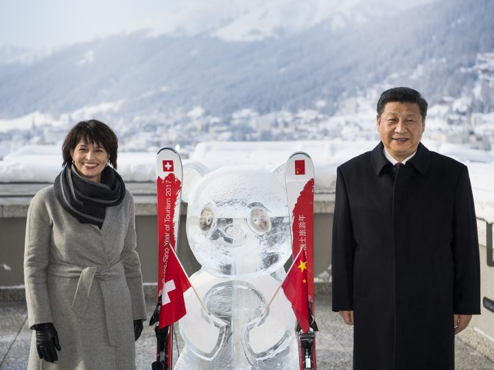 epa05724327 Swiss Federal President Doris Leuthard (L) poses with China's President Xi Jinping (R) during the launch of the Swiss-Sino year of tourism next to a panda ice sculpture on the side line of the 47th annual meeting of the World Economic Forum, WEF, in Davos, Switzerland, 17 January 2017.  EPA/LAURENT GILLIERON / POOL