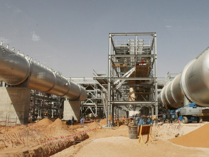 Installations seen at a construction site at an oil facility in the desert at Khurais oil field, about 160 km from Riyadh, Saudi Arabia, 23 June 2008. A top executive at Saudi Aramco said that the company's plans are on track for its Khurais project south of Riyadh which puts put 1.2 million barrels per day (bpd), Gulf Daily News reported. A statement said the project is valued at $10 billion and would be on time giving another major boost to capacity from the Khursaniyah oil field. The processing facility will handle oil from the Abu Jifan and Mazalij fields, as well as Khurais.  EPA/ALI HAIDER ATTENTION EDITORS, IMAGE TAKEN THROUGH BUS WINDOW