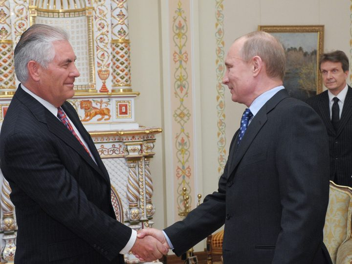 epa03185135 President-Elect and Russian Prime Minister Vladimir Putin (2-R) shakes hands with Exxon Mobile CEO and Chairman Rex Tillerson (L) during their meeting in Moscow, Russia, 16 April 2012.  EPA/ALEXEY NIKOLSKY /RIA NOVOSTI / GOVERNMENT PRESS SERVICE POOL MANDATORY CREDIT