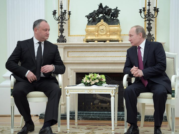 epa05724332 Russian President Vladimir Putin (R) speaks with Moldovan President Igor Dodon (L) during a meeting in the Kremlin in Moscow, Russia, 17 January 2017. Igor Dodon pays his first foreign visit to Moscow at the invitation of Russian President to improve bilateral interstate relations.  EPA/ALEXEI DRUZHININ / SPUTNIK / KREMLIN POOL MANDATORY CREDIT