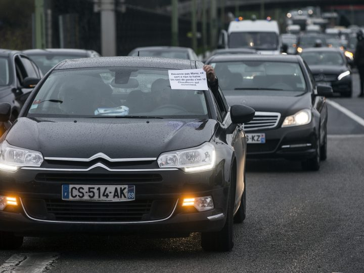 epa05142455 Uber and VTC ('Vehicules de Tourisme avec Chauffeur' - Tourism Vehicles with Driver) drivers block the ring road creating a large traffic jam to protest against the French government favoring taxis, in Paris, France, 04 February 2016. Uber has been ordered to pay 1,2 million euro to the French taxi trade union, according to media reports, with some Uber drivers found to be not playing by the rules.  EPA/ETIENNE LAURENT