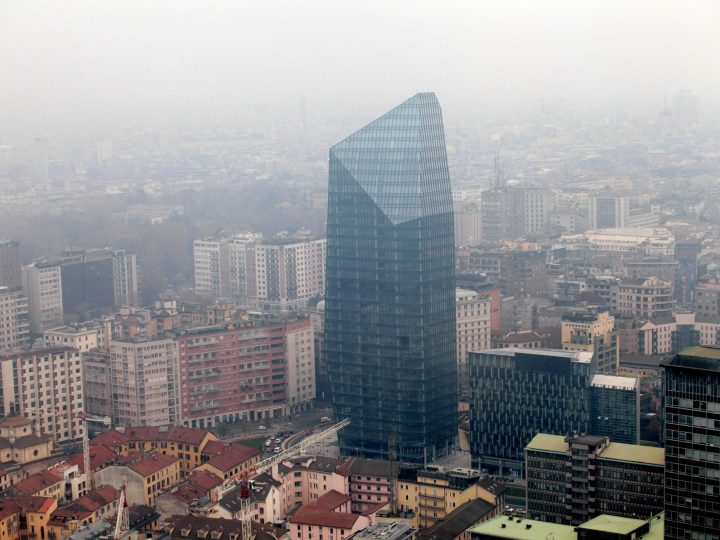epa05081136 An aerial view of skyscrapers area of Milan, Italy, as it is surrounded by smog  on 26 December 2015.  The city of Milan has announced that it will not allow private vehicles to circulate in Italy's business capital for three days next week in an attempt to bring down pollution levels that have been above the legal limit for some time.  EPA/STEFANO PORTA