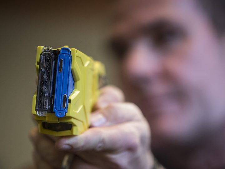 epa05780342 A German police officer holds a Taser gun during a press conference in Berlin, Germany, 09 February 2017. Selected police units in central Berlin will be equipped with stun guns as a non-lethal alternative for their missions during a trial period of three years.  EPA/OLIVER WEIKEN