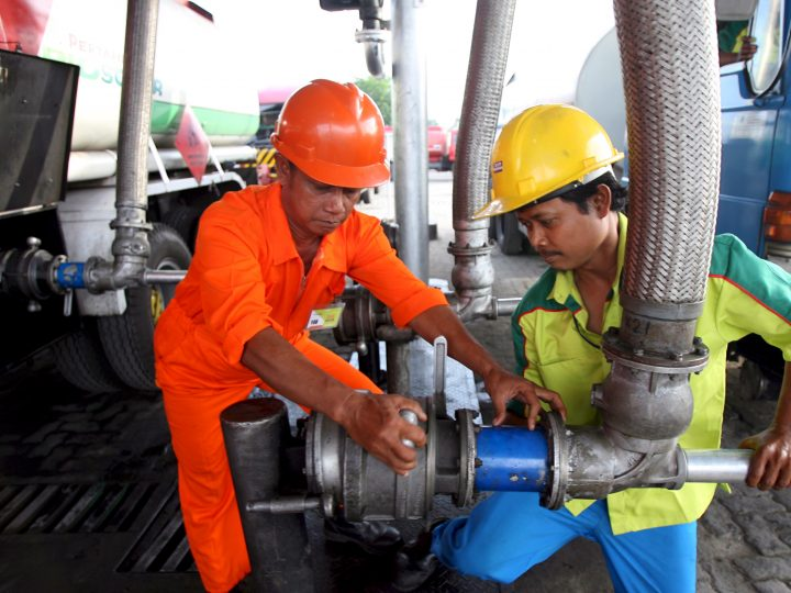 epa01547556 Indonesian workers fill in biodiesel to a delivery truck at Peramina's Plumpang fuel oil depot in Jakarta, Indonesia, 11 November 2008. State-owned gas and oil company Pertamina is to start supplying biodiesel to 28 industrial consumers in Jakarta, Banten and West Java, a Pertamina executive said on 11 November. The fuel price reduction plan is not only reconsidering the national budget but also how big is the impulse to boost the real sectors. Indonesia will cut retail prices of premium gasoline by more than six percent from December 1 to ease inflation and spur economic growth, the finance minister. Diesel and kerosene prices will not be altered.  EPA/BAGUS INDAHONO