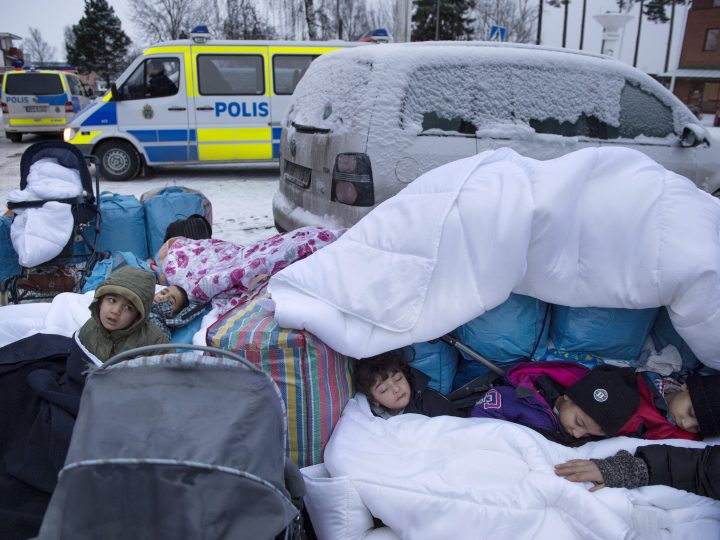 epa05600525 YEARENDER 2016 JANUARY  Children Nor, Saleh and Hajaj Fatema from Syria sleep outside the Swedish Migration Board in Marsta, outside Stockholm, 08 January 2016. Sweden is preparing for the expulsion of up to 80,000 people whose asylum bids have been rejected, a cabinet member said 28 January 2016.  EPA/JESSICA GOW SWEDEN OUT