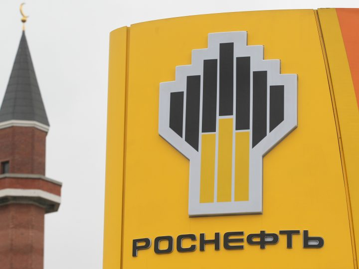 epa05664417 (FILE) A file photo dated 22 October 2012 shows the Rosneft petroleum company logo at a petrol station in Moscow, Russia. Media reports on 07 December 2016 citing Kremlin state Russia has completed the privatization for 19,5 per cent of Rosneft.  EPA/SERGEI ILNITSKY