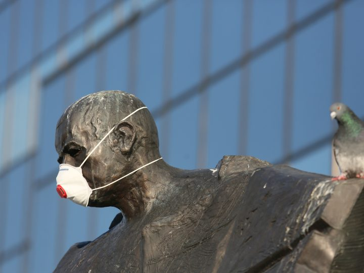 epa05707267 A pigeon sits on the Stefan Starzynski monument with a mask in front of the City Council in Warsaw, Poland, 09 January 2017. The activists from the 'Miasto jest nasze' organization want Warsaw's authorities to pay attention on the air pollution in the city. Measuring stations in Warsaw noted the exceeded level of harmful dust PM10, which is the main component of smog.  EPA/LESZEK SZYMANSKI POLAND OUT