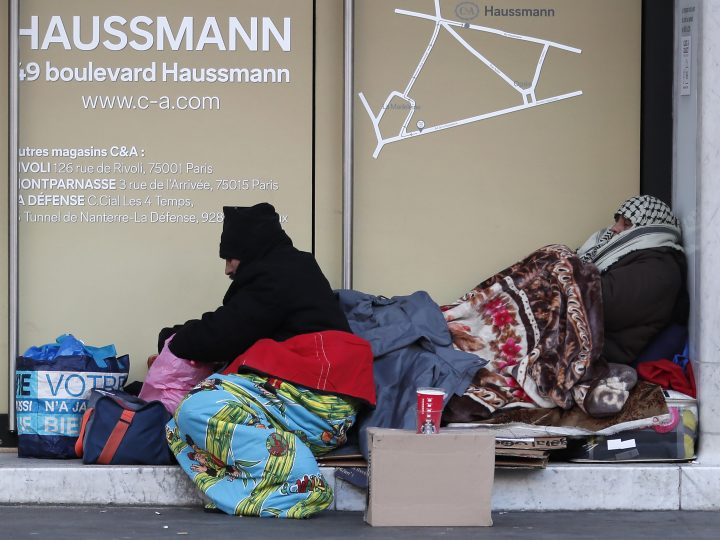 epa05723940 Homeless people bundled in blankets brave the cold on the streets of Paris, France, 17 January 2017. France is experiencing a cold spell, with temperatures dropping to their lowest levels in five years.  EPA/IAN LANGSDON