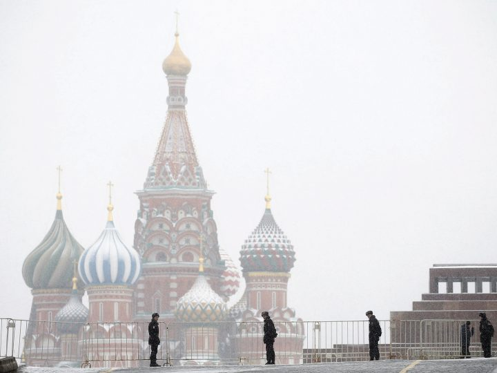 epa05810060 Russian police officers stand guard at the city's landmark Red Square during a wreath-laying ceremony at the Tomb of the Unknown Soldier, near the Kremlin during the national celebrations of the 'Defender of the Fatherland Day' in Moscow, Russia, 23 February 2017. Defender of the Fatherland Day is observed in most of Russia and former Soviet republics to commemorate the people serving in the Russian Armed Forces.  EPA/MAXIM SHIPENKOV