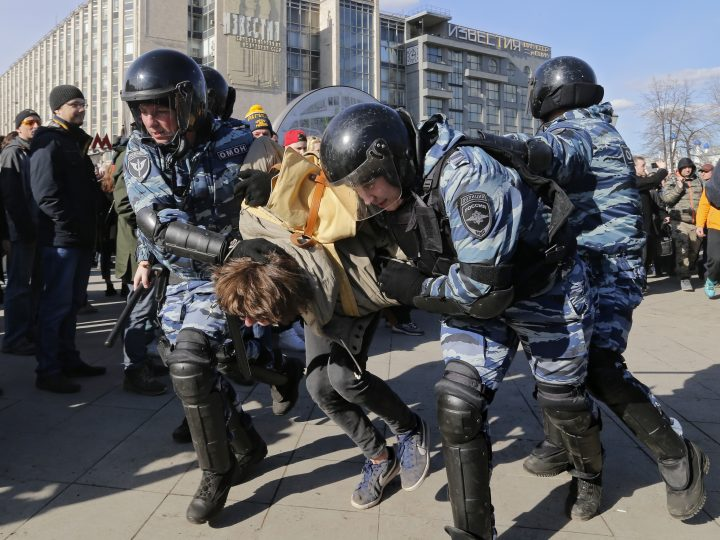 epa05872093 Russian riot policemen detain a demonstrator during an opposition rally in central Moscow, Russia, 26 March 2017. Russian opposition leader Alexei Navalny called on his supporters to join a demonstration in central Moscow despite a ban from Moscow authorities. Throughout Russia the opposition held the so-called anti-corruption rallies. According to reports, dozens of demonstrators have been detained across the country as they called for the resignation of Russian Prime Minister Dmitry Medvedev over corruption allegations.  EPA/YURI KOCHETKOV