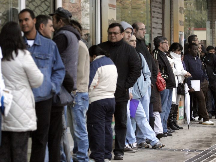epa03021848 A large queue of people wait at an Unemployment Office in Madrid, Spain, 02 December 2011. New data has been published 02 December revealing that unemployment was four per cent higher in November rising figures up to 4,420,462 people.  EPA/JUANJO MARTIN