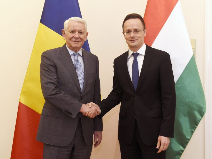 epa05818868 Romanian Foreign Minister Teodor Melescanu (L) shakes hands with Hungarian Minister of Foreign Affairs and Trade Peter Szijjarto (R) during their meeting in the Szijjarto's office in Budapest, Hungary, 27 February 2017.  EPA/NOEMI BRUZAK HUNGARY OUT