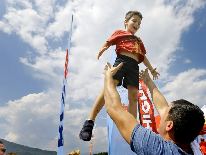 epa04889146 A picture made available 19 August 2015 shows a Romanian father playing with his son while waiting at the finish line of a cross-country triathlon contest, in Slon village, 120 km north from Bucharest, Romania, 15 August 2015. A major study documented by Germany's Goethe University, who surveyed some 53,000 children, between the ages of 10 and 12 from fifteen countries, revealed that Romanian children are the happiest in Europe.  EPA/ROBERT GHEMENT