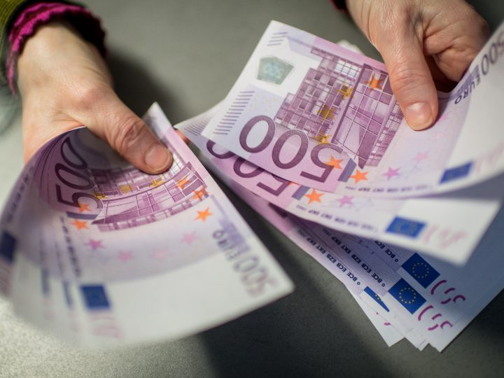 epa05141531 A bank employee holds 5,000 euros in 500-euro notes at a Sparkasse bank in Munich, Germany, 3 February 2016. Germany is considering imposing an upper limit on payments in cash as part of its fight against terrorism and money laundering.  EPA/MATTHIAS BALK