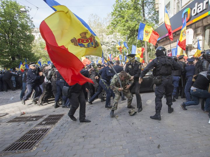 epa05275919 Riot police scuffle with protesters near the house of Vladimir Plahotniuc in downtown Chisinau, Moldova, 24 April 2016. Supporters of politics platform 'Demnitate si Adevar' (lit. Dignity and Truth),  protest against the new government, alleged to have close ties with Plahotniuc, asking for early parliamentary elections. Vladimir Plahotniuc is a Moldovan oligarch and politician  EPA/DUMITRU DORU