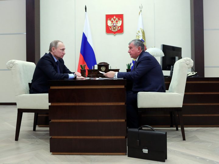 epa05744542 Russian President Vladimir Putin (L) meets with Igor Sechin (R), the CEO of the Russian oil company Rosneft, at the Novo-Ogaryovo state residence, outside Moscow, Russia, 23 January 2017.  EPA/MIKHAIL KLIMENTYEV/SPUTNIK/KREMLIN POOL / POOL MANDATORY CREDIT