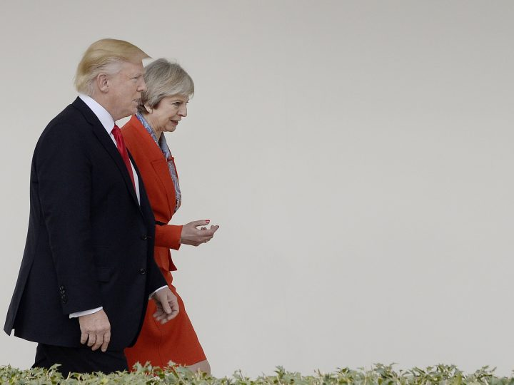 epa05755232 US President Donald J. Trump and British Prime Minister Theresa May walk the colonade of the White House in Washington, DC, USA, 27 January 2017.  EPA/Olivier Douliery / POOL