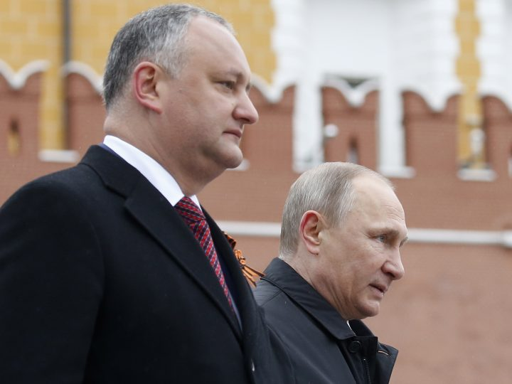 epa05952002 Russian President Vladimir Putin (R) and Moldovan President Igor Dodon (L) attend a wreath laying ceremony at the tomb of the Unknown Soldier near the Kremlin wall in Moscow, Russia, 09 May 2017. Russia celebrates the 72nd anniversary of the victory over the Nazi Germany in the World War II on 09 May.  EPA/MAXIM SHIPENKOV
