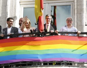 epa05398107 Madrids Regional President Cristina Cifuentes (2-L), the general coordinator of World Pride 2017 Juan Carlos Alonso (L) and the co-chairs of the event, Brett Hayhoe (2-R) and Sue Poster (R) pose at the Royal Post Office balcony, in Madrid, 29 June 2016, after receiving the baton to Madrid will be the international headquarters of the Gay Pride festivals 2017. EPA/KIKO HUESCA