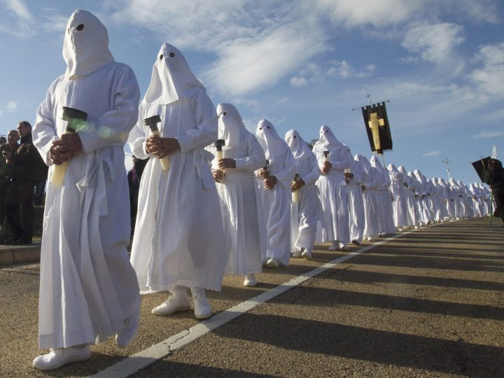 epa05231022 Penitents or 'nazarenos' take part in the Holy Friday procession in Bercianos de Aliste, Zamora, Spain, 25 March 2016. Spain celebrates the Semana Santa (Holy Week), with several processions through the streets. Palm Sunday for Christians around the world marks the biblical account of the entry of Jesus Christ into Jerusalem, signaling the start of the Holy Week leading to Easter Sunday.  EPA/Mariam A. Montesinos