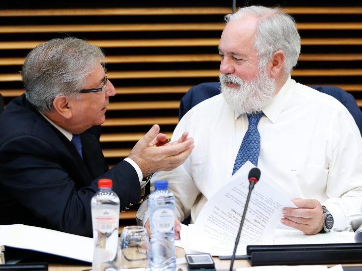 epa05433016 Commissioner for Climate and Energy Miguel Arias Canete (R) talks to EU Commissioner for Environment, Maritime Affairs and Fisheries Karmenu Vella prior to the start of the weekly college meeting of the European Commission, in Brussels, Belgium, 20 July 2016.  EPA/LAURENT DUBRULE