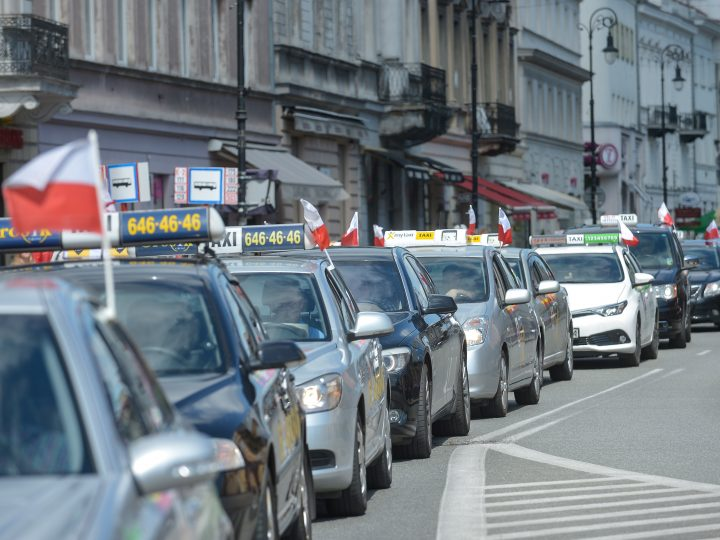 epa06011627 Taxi drivers drive slowly on a street in the city center during their protest in Warsaw, Poland, 05 June 2017. Taxi drivers from four cities in Poland: Poznan, Warsaw, Lodz and Wroclaw began their protest against unlicensed carriers, Uber among others, and to bring the government's attention to the problem.  EPA/MARCIN OBARA POLAND OUT