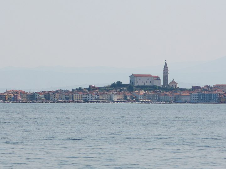 epa02203028 A view of Slovenian small town Piran from the middle of the Piran Bay, a disputed border area between Slovenia and Croatia, 13 June 2010. Ljubljana and Zagreb have been in disaccord for 19 years, since the breakup of Yugoslavia over 13 square kilometres (five square miles) of largely uninhabited land and a wedge of  territorial water in and around Piran Bay. In November 2009 Slovenia (a member of the EU since 2004) lifted its embargo on EU membership talks for Croatia after the two countries signed a deal allowing international mediators to resolve the Piran Bay border dispute. Slovenes narrowly approved the deal in a referendum on 06 June 2010. Slovenian voters' endorsement of a plan to resolve a border issue with Croatia is ''an important  step forward'' for the conflict-ridden Balkan region, the  president of the European Commission, Jose Manuel Barroso, said 07 June 2010. The EU's executive president said he  looked forward ''to a final settlement of the dispute,'' stressing this would  represent ''an important signal for the  region and the relations between  Slovenia and Croatia.''  EPA/ANTONIO BAT