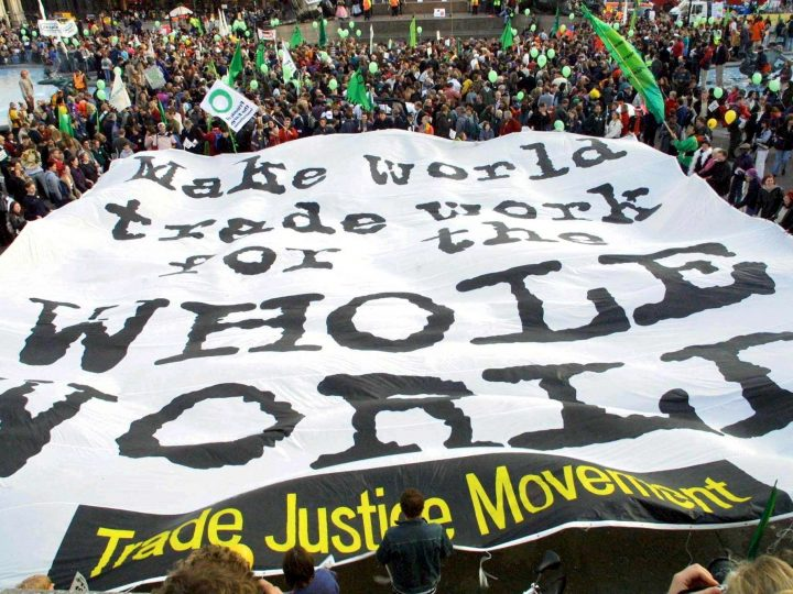 PAP20 - 20011103 - LONDON, UNITED KINGDOM: A banner calling for fair trade across the world is unfurled in London's Trafalgar Square on Saturday November 03rd, 2001. Thousands of protesters gathered in central London ahead of a World Trade Organisation (WTO) conference to call for new global trade rules that put people and the environment before profit. Floats, giant Fat Cat puppets and Chinese dragons wound their way through the streets to highlight worries about unfair trade practices. The Trade Justice parade marked the eve of the fourth ministerial WTO conference at Doha in Qatar which runs from November 9 to 13. The demonstration, organised by the Trade Justice Movement, ended in Trafalgar Square where representatives of non-governmental organisations spoke to the crowd - estimated at 2,000 by police and 7,000 by organisers. (UK OUT-NO MAGS-NO SALES-NO ARCHIVE-NO INTERNET) EPA PHOTO PA/FRIENDS OF THE EARTH/DAVE THOMSON/HANDOUT