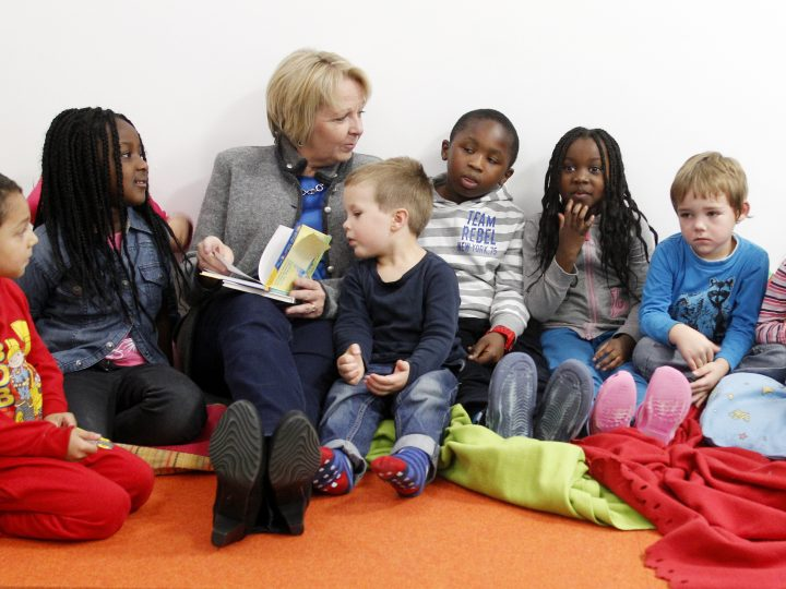 epa03473318 Premier of North Rhine-Westphalia, Hannelore Kraft (C) reads to children of the kindergarden 'Siekids Energiezwerge' in Muehlheim, Germany, 16 November 2012. Politicians, artists and authors read to children during the federal reading day in Germany.  EPA/ROLAND WEIHRAUCH