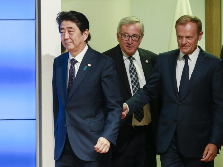 epa06069446 Japan's Prime Minister Shinzo Abe (L)   European Council President Donald Tusk (R) and EU Commission President Jean-Claude Juncker (C) at the start of press conference during EU Japan leaders summit meeting in Brussels, Belgium, 06 July 2017.  EPA/OLIVIER HOSLET