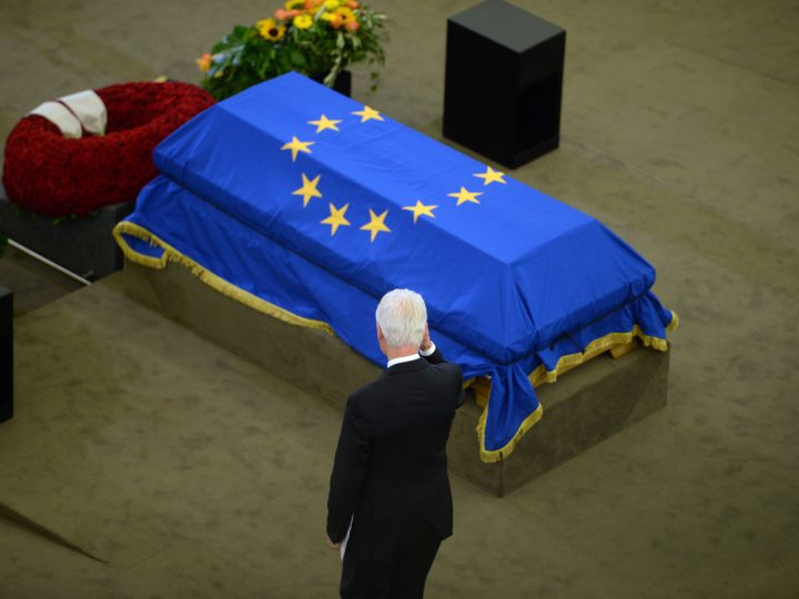 epa06059457 Former US president Bill Clinton salutes next to the coffin of Helmut Kohl at the European Parliament as world leaders gather for the European Ceremony of Honour for late former German chancellor Helmut Kohl in Strasbourg, France, 01 July 2017. Kohl, widely regarded as the father of German reunification in 1990, died on 16 June 2017 at his home in Ludwighshafen, Germany. He was the sixth chancellor of the Federal Republic of Germany from 1982 to 1998.  EPA/PATRICK SEEGER