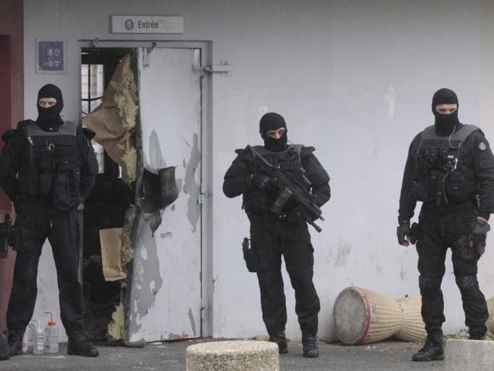 Forensics experts are at work near a door opened with explosives by an inmate, Redoine Faid, who managed to escape after holding five wardens hostages, at Sequedin prison. Lille -France - 13/4/2013/BAZIZ_baziz.05/Credit:BAZIZ CHIBANE/SIPA/1304132045