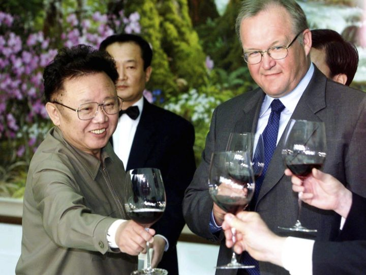 epa03038524 (FILE) A file photograph dated 03 May 2001 shows North Korean leader Kim Jong Il (L) hosts a lunch meeting with former European Council President Goeran Persson, (R) and other European delegation members, in Pyongyang, North Korea. On 19 December 2011, North Korea announced the death of supreme leader Kim Jong Il and urged its people to rally behind his young son and heir-apparent, Kim Jong-un.  EPA/JONAS EKSTROMER SWEDEN OUT