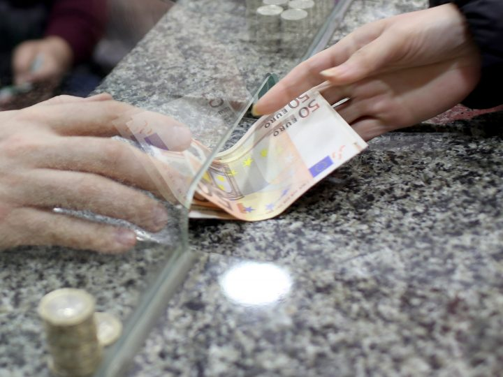 epa05710416 People exchange their money at a currency exchange office in Istanbul, Turkey, 11 January 2017. The Turkish Lira hit a new record low with 4.08 lira now equivalent to one Euro.  EPA/SEDAT SUNA