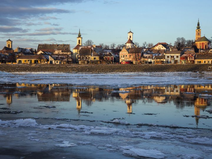 epa05706965 Drift ice or ice floes float in the water of River Danube at Szentendre, 22 kilometers north of the capital Budapest, Hungary, 09 January 2017.  EPA/BALAZS MOHAI HUNGARY OUT