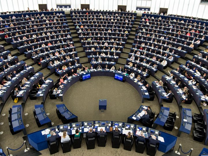 epa06027622 A general view showing members of the European Parliament voting during a plenary session in the European Parliament in Strasbourg, France, 14 June 2017.  EPA/PATRICK SEEGER
