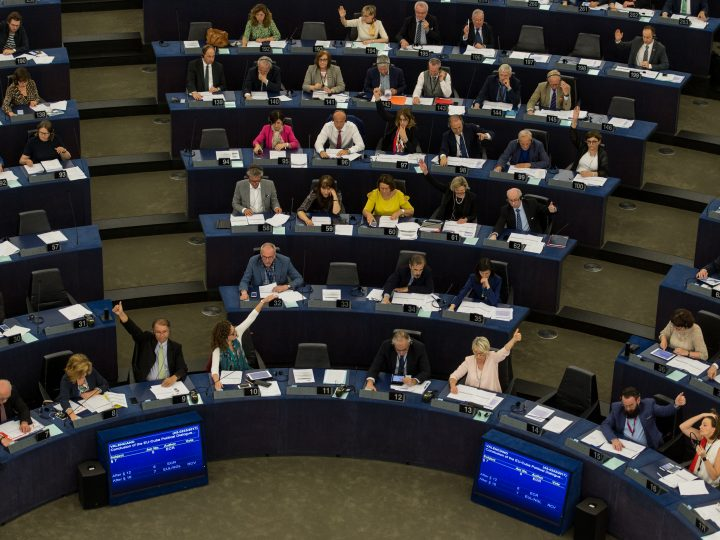 epa06067226 Members of Parliament votes on to the first ever EU-Cuba cooperation agreemen at the European Parliament in Strasbourg, France, 05 July 2017.  EPA/PATRICK SEEGER